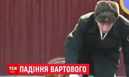 Солдат рухнул с президентским штандартом