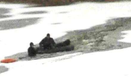 Рятуючи собаку, чоловік провалився під кригу
