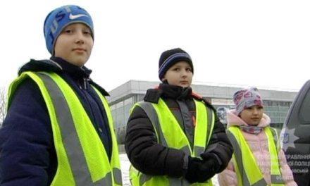 «Солодощі – відповідальним водіям» – соціальна акція від павлоградських поліцейських та школярів