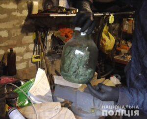 Під час обшуку поліцейські виявили рослини конопель та подрібнену марихуану