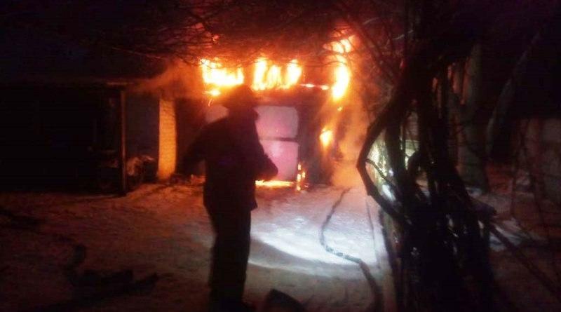 Рятувальники ліквідували пожежу в гаражі з автомобілем всередині