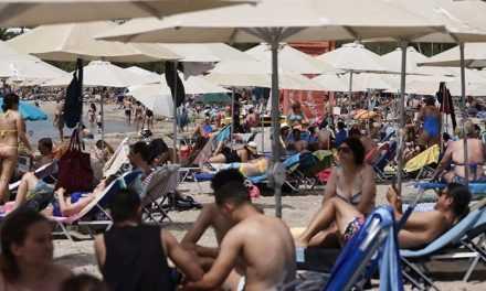 В Греции открылись пляжи. Тысячи людей и заторы на въездах