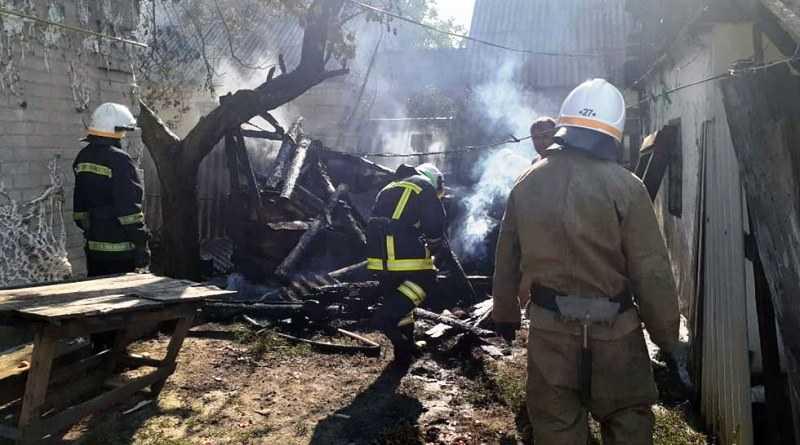 В Павлоградском районе спасатели ликвидировали возгорание хозпостройки