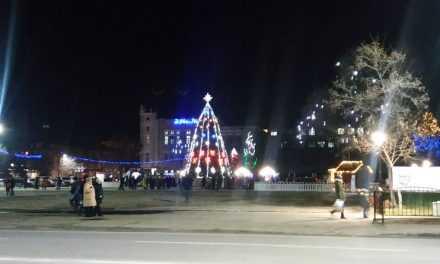 Праздник приближается: в Павлограде монтируют новогоднюю иллюминацию