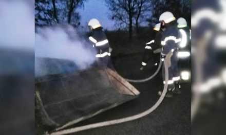 В районе Булаховки сотрудники ДСНС потушили горящий прицеп (ВИДЕО)