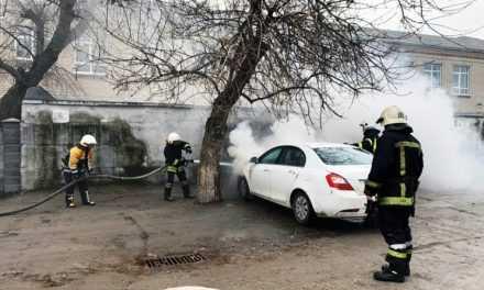 В центре Павлограда загорелся легковой автомобиль