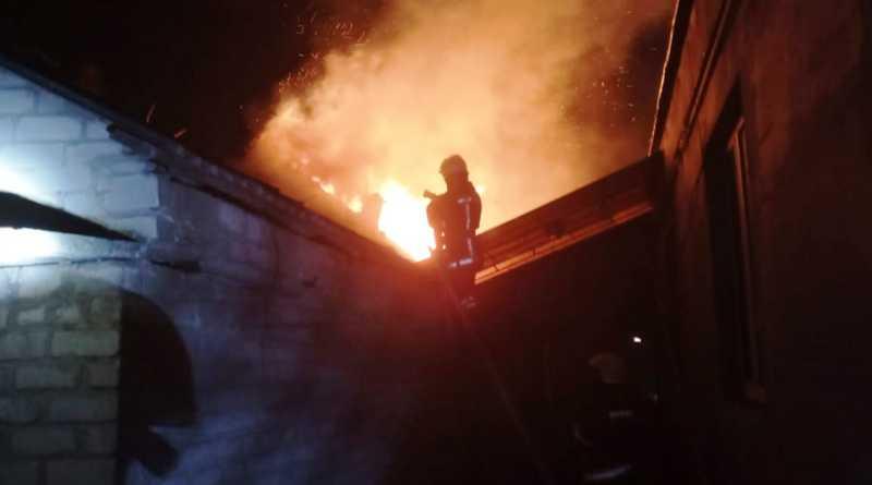 Павлоградские спасатели ликвидировали пожар на территории частного дома (ВИДЕО)