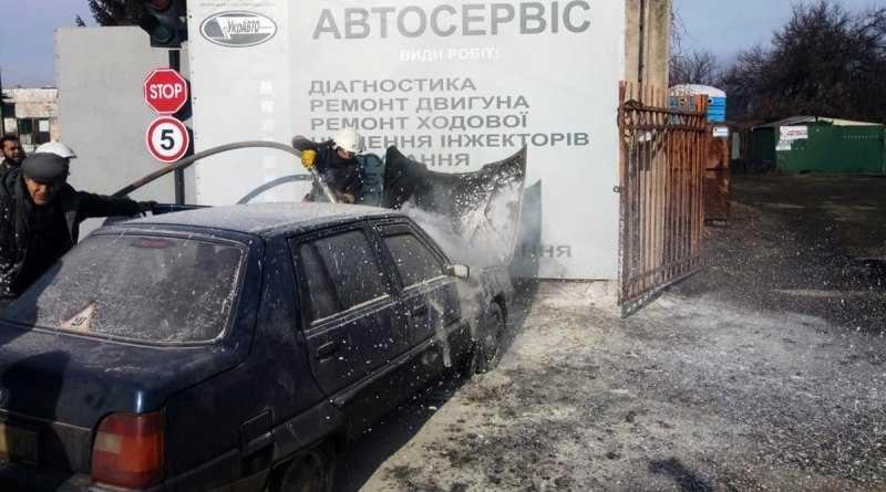 В Павлограде на временной остановке загорелась легковушка