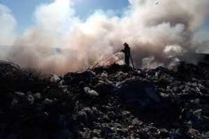 С 10 мая на территории полигона бытовых отходов продолжается пожар
