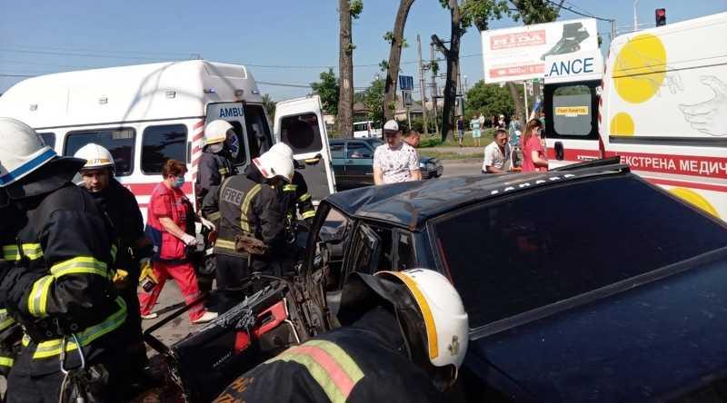 В Павлограде после ДТП спасателям пришлось доставать водителя из авто (ВИДЕО)