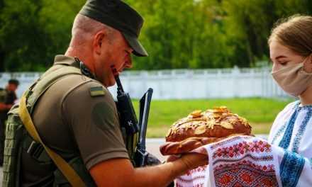 Хлібом-сіллю зустрічали гвардійців з ООС в Павлограді